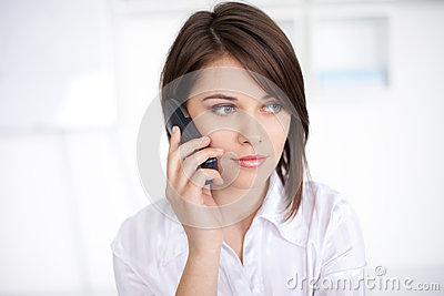 Giovane donna di affari che parla sulla chiamata di telefono