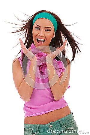 Giovane donna emozionante e stupita