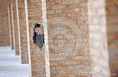 Giovane donna nascondentesi