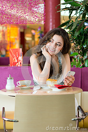 Giovane donna nel salone di gelato