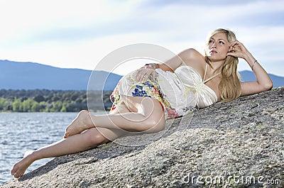 Giovane donna nella natura
