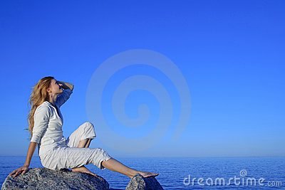 Giovane donna Relaxed che gode del tramonto dal mare
