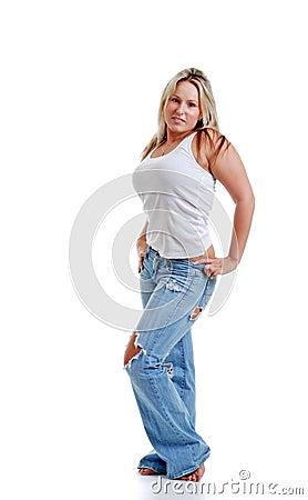 Giovane donna sexy con i jeans strappati