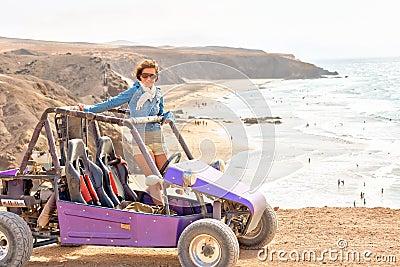 Giovane donna sul buggy