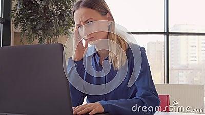 Giovane donna triste con l'emicrania che massaggia le sue tempie con il concetto di moto circolare, di sanità e di sforzo stock footage