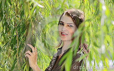 Giovane donna in un salice