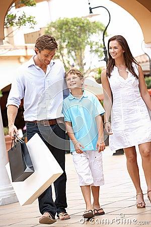 Giovane famiglia che gode del viaggio di acquisto
