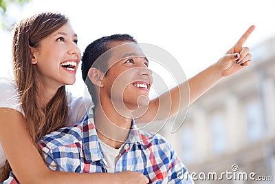 Giovane indicare delle coppie