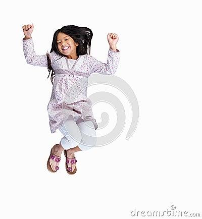 Giovane ragazza emozionante che salta in su isolato su bianco