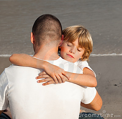 Giovane ragazzo che abbraccia il suo padre