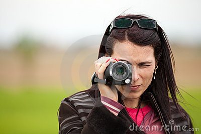 Giovane signora che usando videocamera all aperto