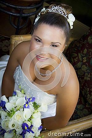 Giovane sposa asiatica sorridente
