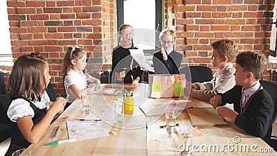 Giovane squadra che discute i lati positivi e negativi del contratto