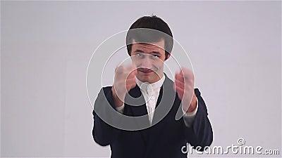 Giovane uomo d'affari che indica barretta alla macchina fotografica archivi video