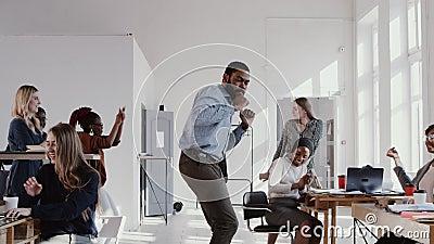 Giovane uomo d'affari nero del capo di divertimento felice epico rosso che fa ballo epico all'ufficio che celebra successo con il video d archivio