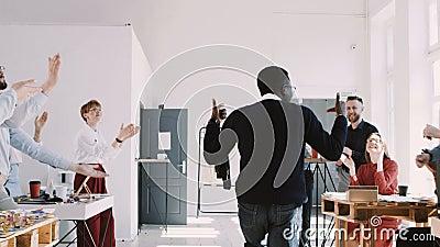Giovane uomo nero del responsabile di divertimento felice ROSSO di EPIC-W che balla al partito di celebrazione dell'ufficio con i archivi video
