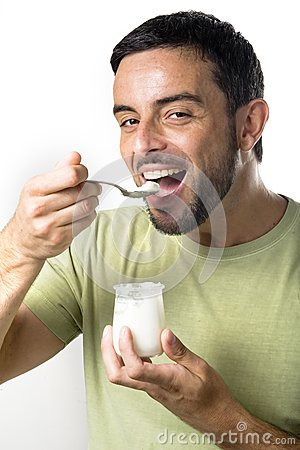Giovane yogurt mangiatore di uomini