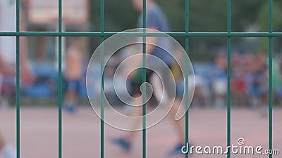 Giovani che giocano pallacanestro all'aperto stock footage
