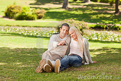 Giovani coppie che catturano loro una foto