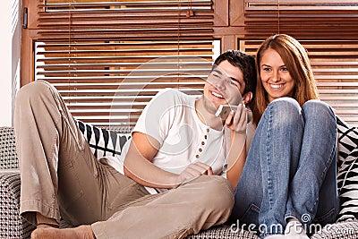 Giovani coppie che guardano TV