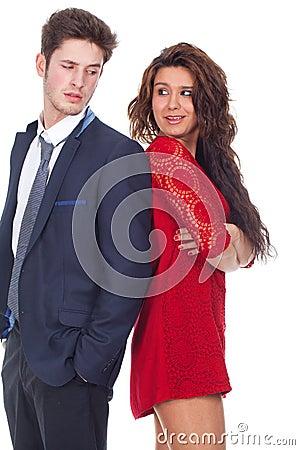 Giovani coppie che stanno contro
