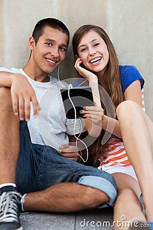 Giovani coppie con il ridurre in pani digitale