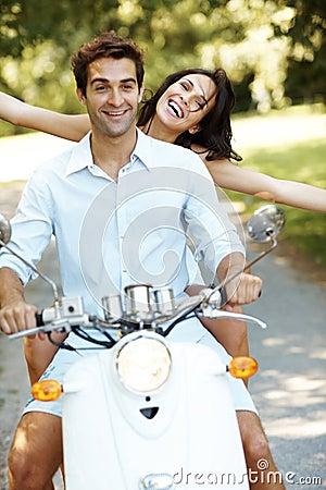 Giovani coppie di amore sul motorino che si gode di