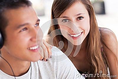 Giovani coppie felici