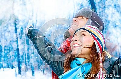 Giovani coppie nella sosta di inverno