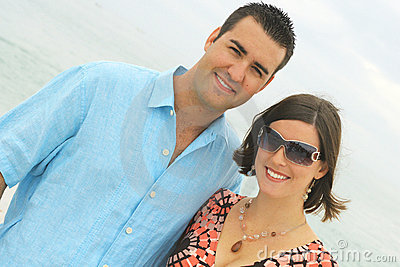 Giovani coppie splendide all angolo della spiaggia