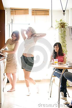 Giovani donne in cucina
