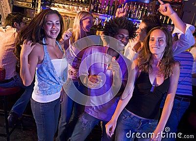 Giovani e donne che ballano in un locale notturno