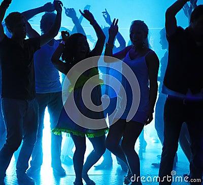 Giovani tiranti e ragazze che ballano ad un locale notturno