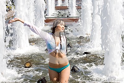 Girl Bathing In A Fountain Stock Images - Image: 15550264