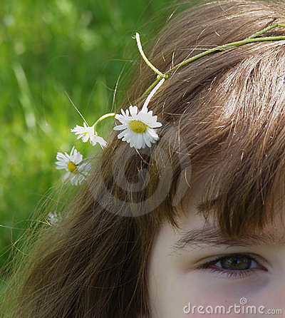 Girl with daisy flowers