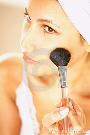 Free Girl Doing Makeup Royalty Free Stock Photo - 500795