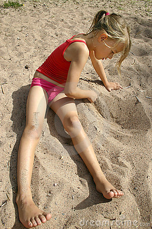 Free Girl Drawing In The Sand Royalty Free Stock Photos - 14881748