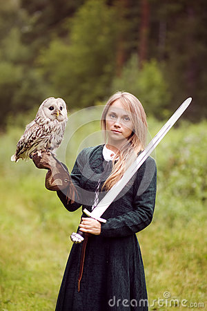 Free Girl In Medieval Dress Is Holding An Owl On Her Arm Royalty Free Stock Image - 76073376