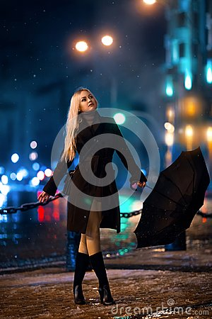 Free Girl Posing In The Light Of Evening City. Royalty Free Stock Photos - 105461108