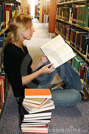 Free Girl Reading In The Library Royalty Free Stock Photography - 3202847