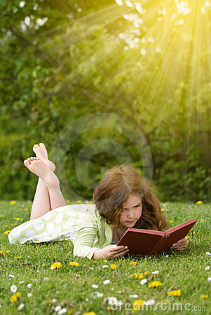 Free Girl Reading Outdoors Royalty Free Stock Images - 9131949