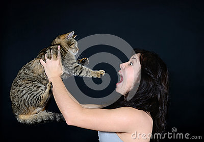 The girl screams at the cat in the studio