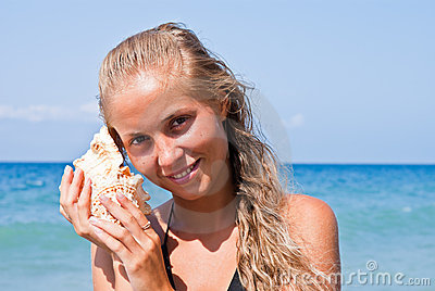 Girl with a seashell on the sea.
