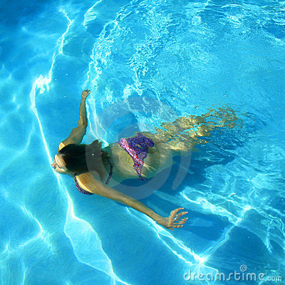 Free Girl Swimming In A Pool Royalty Free Stock Images - 7208219