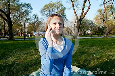 Girl talking with a cell in the Park
