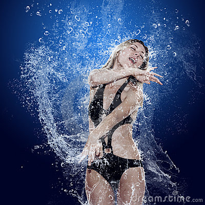 Free Girl Under Water Royalty Free Stock Photos - 13272188