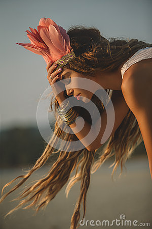 Free Girl Wearing Native Indian Headdress Stock Images - 68961784
