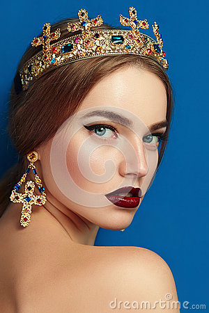 Free Girl With A Golden Crown And Golden Earrings. Stock Photo - 66964530