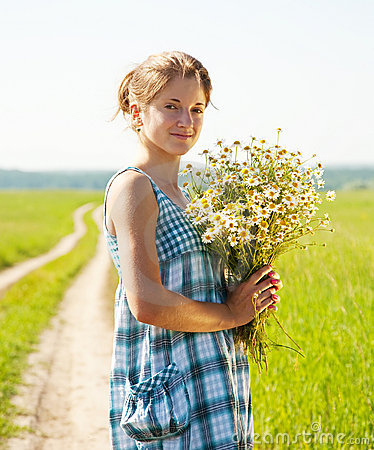 Free Girl With Bouquet Of Camomiles Royalty Free Stock Photography - 14959657
