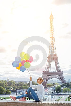 Free Girl With Bunch Of Colorful Balloons In Paris Near The Eiffel Tower. Royalty Free Stock Photos - 99818218